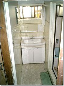 角度を変えて見た脱衣場(洗面室)右手に見えるのが、お風呂場の入り口
