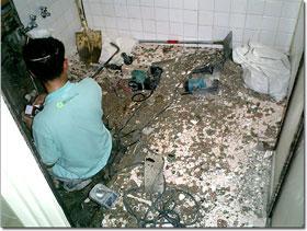 浴槽を撤去、壁や天井を落とし、洗い場も約60㎝ほど掘り下げる。この時に出る廃材は、土嚢袋に100〜150袋も!みなさん驚かれる