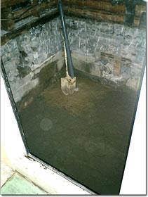 浴室解体後に、土間にコンクリートを5.5〜6㎝ほど打つ。ユニットバスの基礎なので、しっかりと規定量を打つ