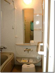 完成した浴室を入り口側から見る