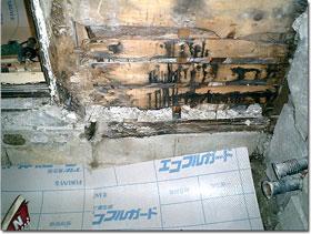 解体後に判明した腐食した土台、床板と根太の腐食は、着工前に分かっていたが、土台まで腐りボロボロだった。重要なものなので、これも交換する