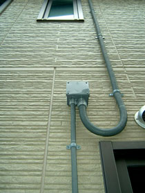 屋根から引き込んだ電気配線が屋内に入っている接続箇所です。