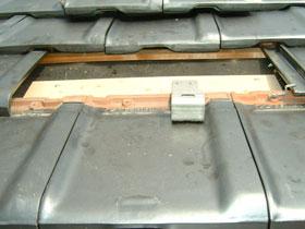 フレームを取り付ける金具を屋根の瓦を外して取り付けたところ