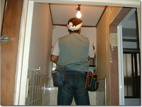 脱衣場の壁、天井をクロスで仕上げる床はクッションフロア